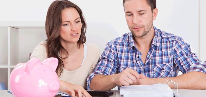 Casal Economizando Dinheiro