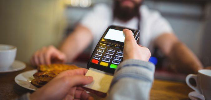 Fatura do cartão de crédito: pagar o mínimo ou parcelar?