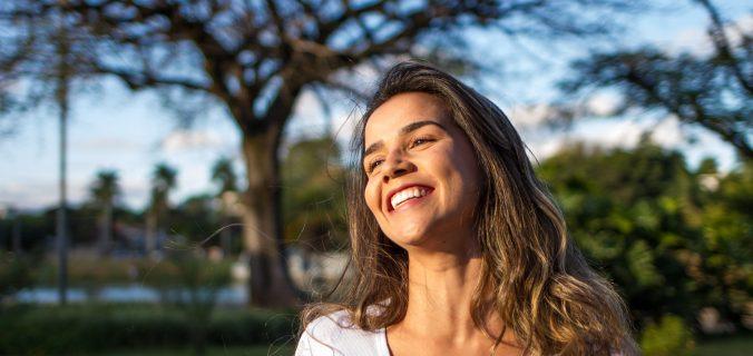 mulher-sorrindo-pegar-emprestimo-pessoal-easycredito