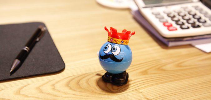 globo-azul-de-brinquedo-sobre-a-mesa