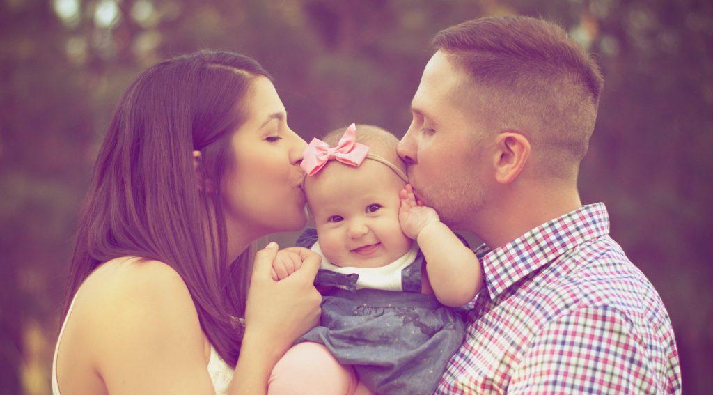 casal-beijando-bebe-menina-seguro-de-vida