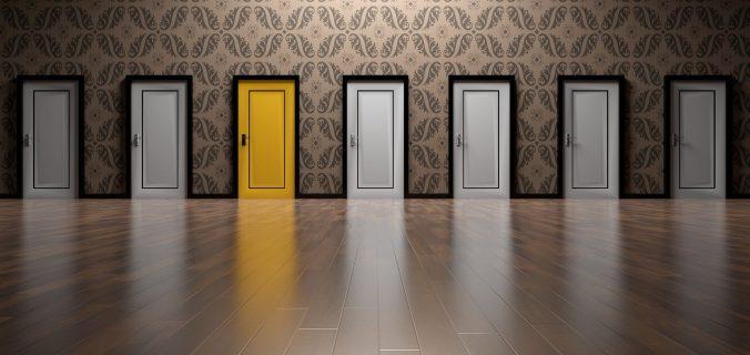 5-portas-brancas-uma-porta-amarela